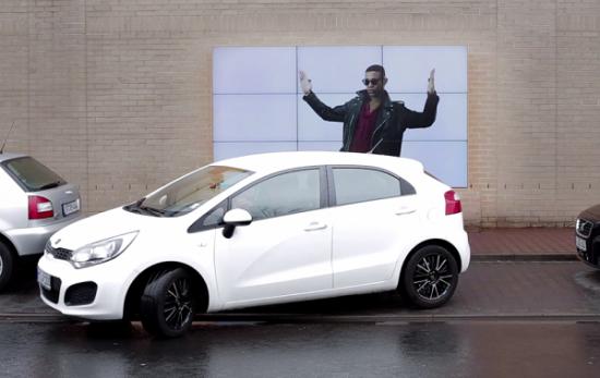 Fiat hỗ trợ đỗ xe song song bằng quảng cáo billboard