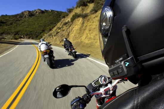 đeo tai nghe đi xe máy