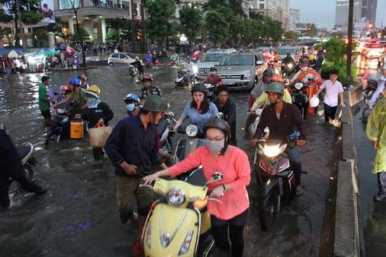 lái xe trời mưa