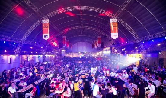 """Hàng nghìn người """"quẩy"""" tưng bừng trong lễ hội bia exBEERience Fest 1"""