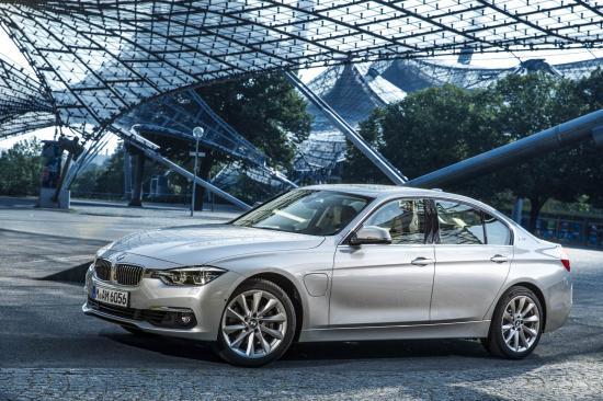 Khách hàng mua xe BMW trực tuyến 4