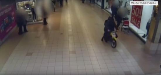 Lái mô tô qua trung tâm mua sắm
