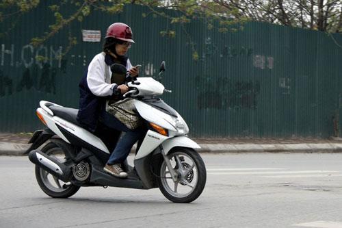 Phụ nữ đi xe máy 1
