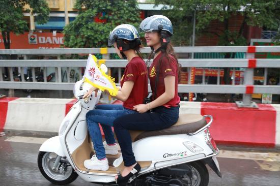 Phụ nữ đi xe máy 2