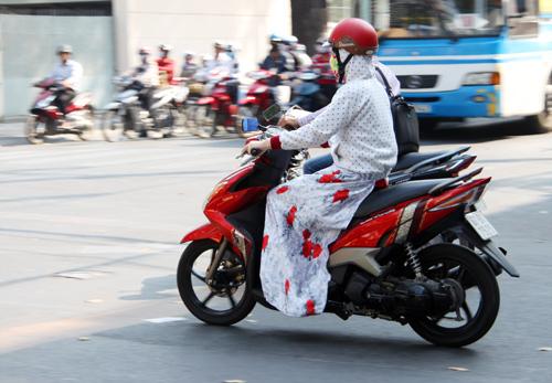 Phụ nữ đi xe máy 3