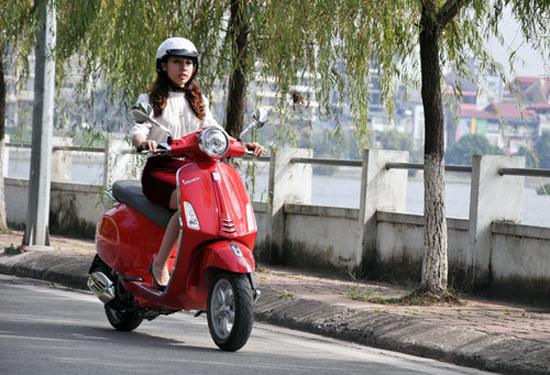 Phụ nữ đi xe máy