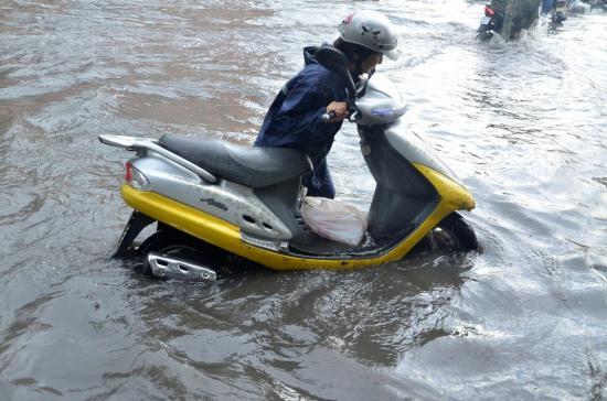 Xe máy ngập nước 1