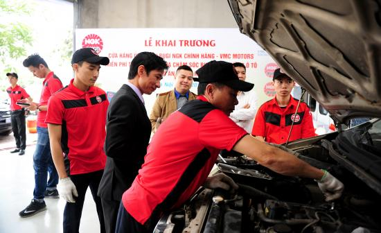 NGK Việt Năm chăm sóc bugi ô tô miễn phí 2