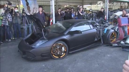 Xe Lamborghini bị nghiền nát