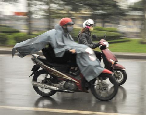 Đi xe máy an toàn trời mưa phùn