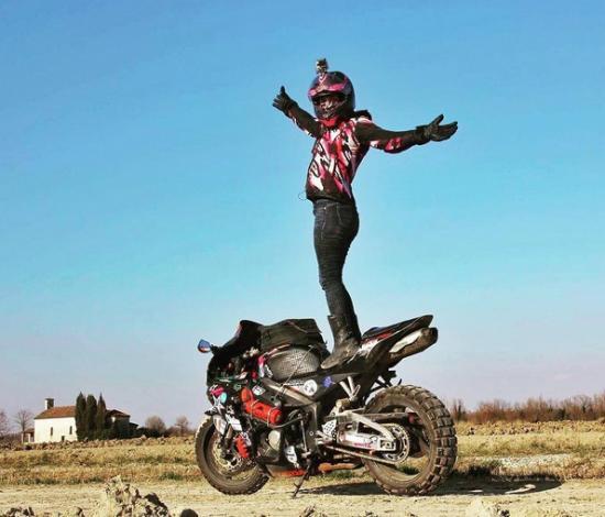 Nikki Misurelli du lịch trên xe Honda CBR 5