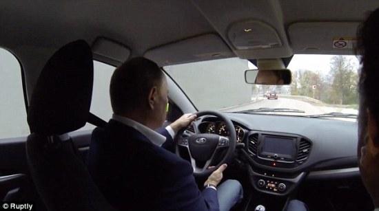 Tổng thống Nga Putin lái xe giá rẻ