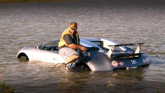 Siêu xe Bugati lao xuống hồ