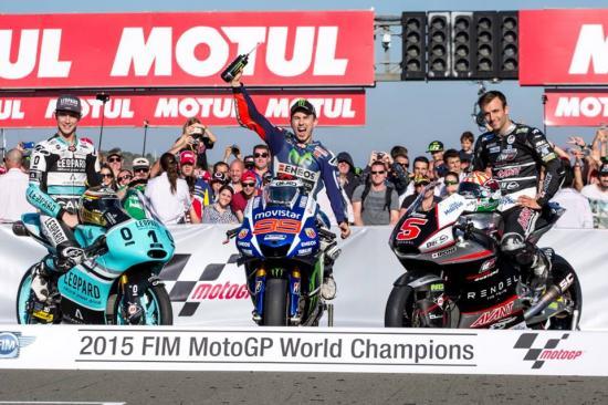 Rossi để tuột chiến thắng ở vòng đua cuối 21