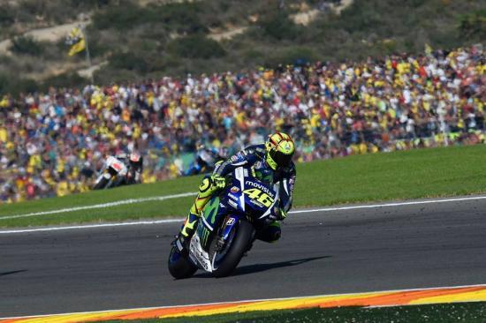 Rossi để tuột chiến thắng ở vòng đua cuối 20