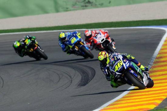 Rossi để tuột chiến thắng ở vòng đua cuối 18