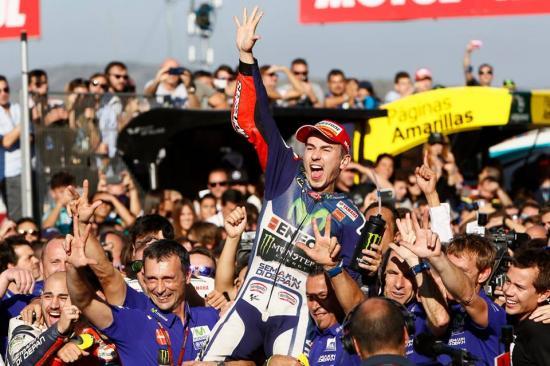 Rossi để tuột chiến thắng ở vòng đua cuối 8