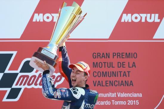 Rossi để tuột chiến thắng ở vòng đua cuối 3