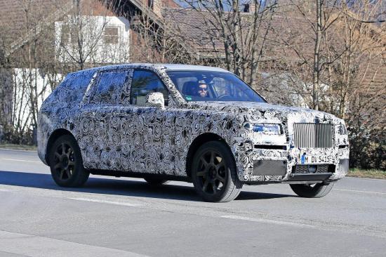 Rolls-Royce mang SUV Cullinan chạy thử trên phố