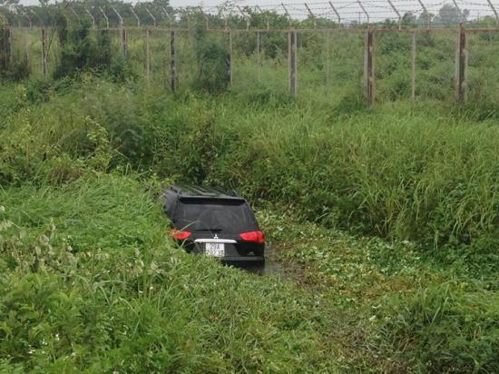 Xe ôtô Mitsubishi xuống 'bờ' vì lái xe buồn ngủ_anh3