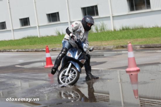 Thử ABS trên siêu phẩm Vespa 946 tại Việt Nam 7