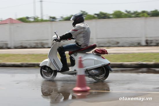 Thử ABS trên siêu phẩm Vespa 946 tại Việt Nam 10