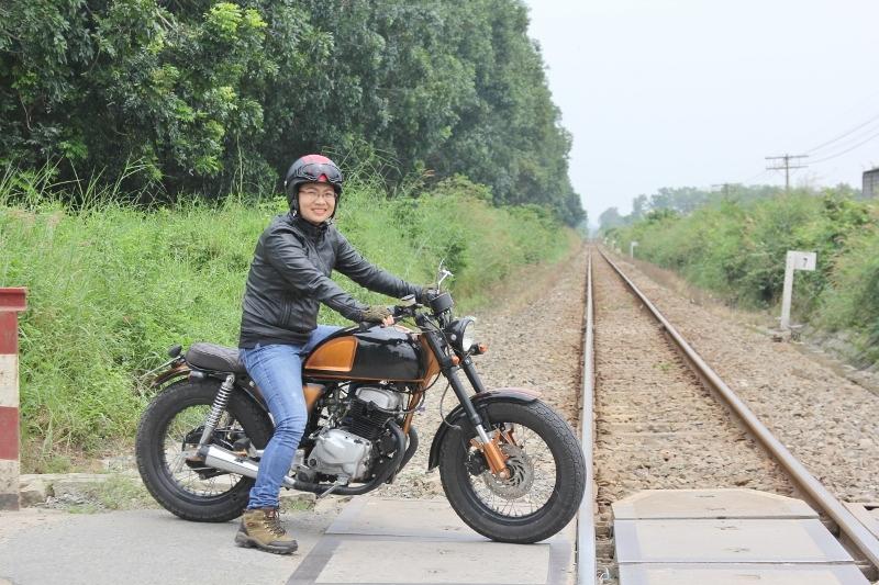 Biker nữ Bình Dương bộc lộ đam mê mô tô độ hiếm thấy_1