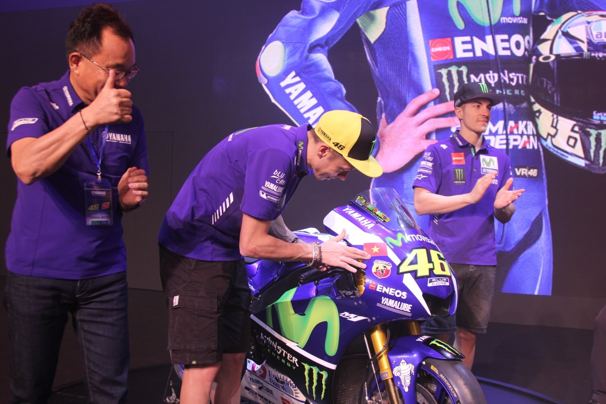 Tay đua lừng danh Rossi tự tay dán quốc kỳ Việt Nam lên xe đua cực đỉnh Yamaha M1_1