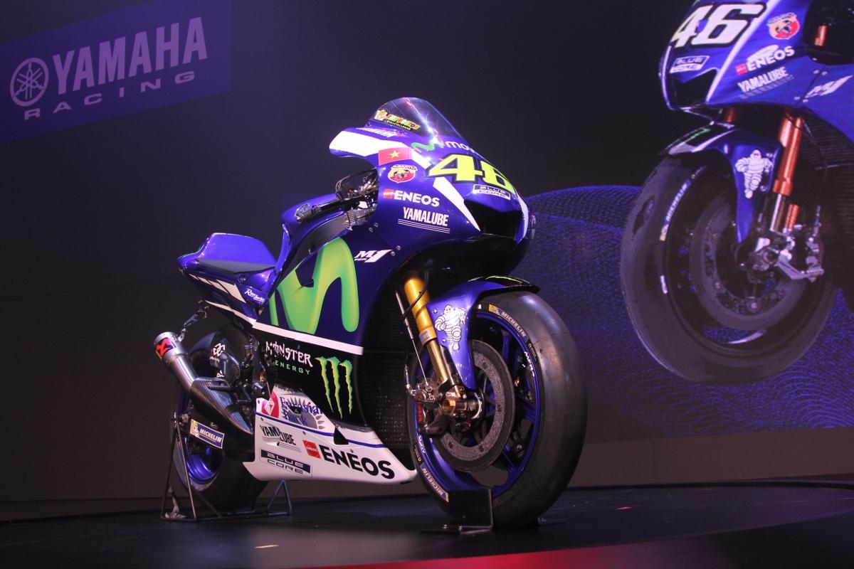 Tay đua lừng danh Rossi tự tay dán quốc kỳ Việt Nam lên xe đua cực đỉnh Yamaha M1_2