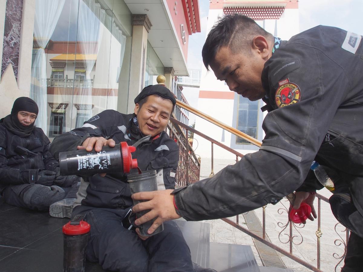 Doan-mo-to-Viet-doi-mat-thu-thach-4.000-met-tai-cao-nguyen-Shangri-La-anh-11