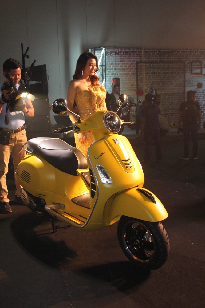 Can-canh-ve-dep-Vespa-GTS-Super-300-lan-at-Honda-SH-300i-anh-3