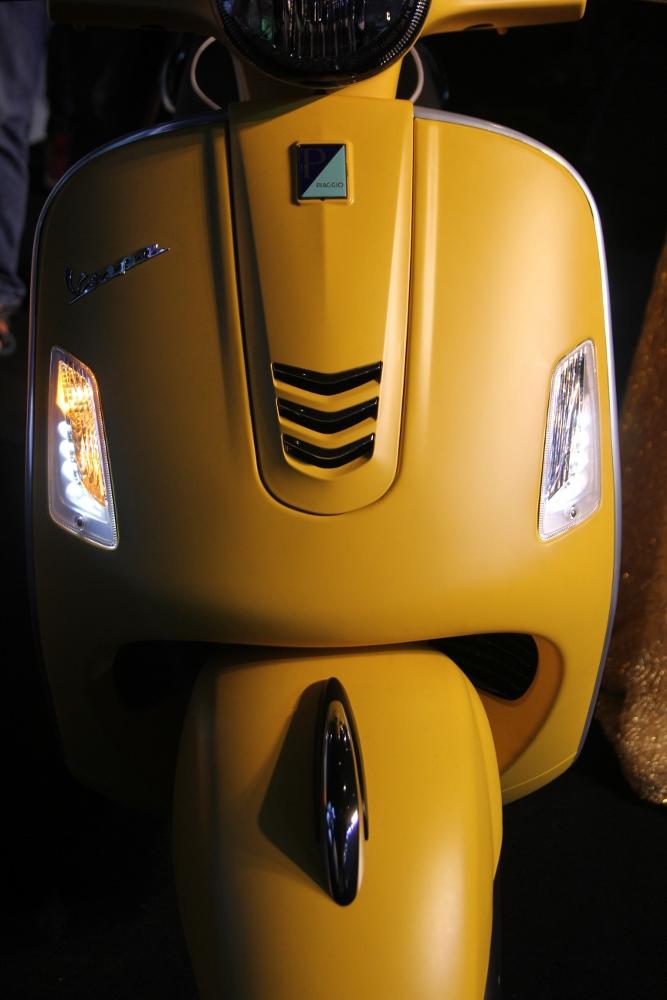 Can-canh-ve-dep-Vespa-GTS-Super-300-lan-at-Honda-SH-300i-anh-7