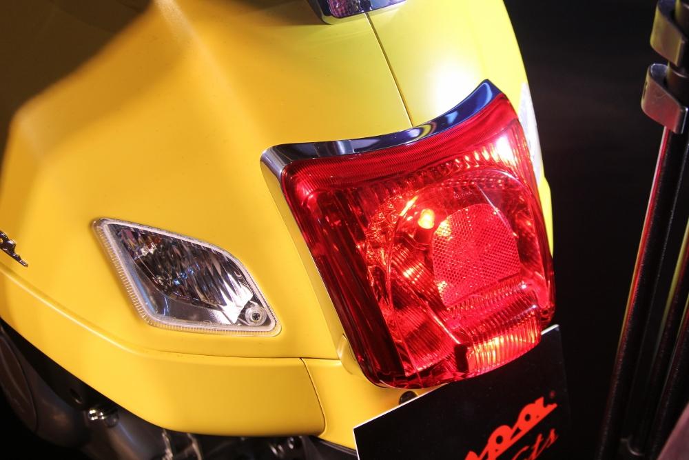 Can-canh-ve-dep-Vespa-GTS-Super-300-lan-at-Honda-SH-300i-anh-21