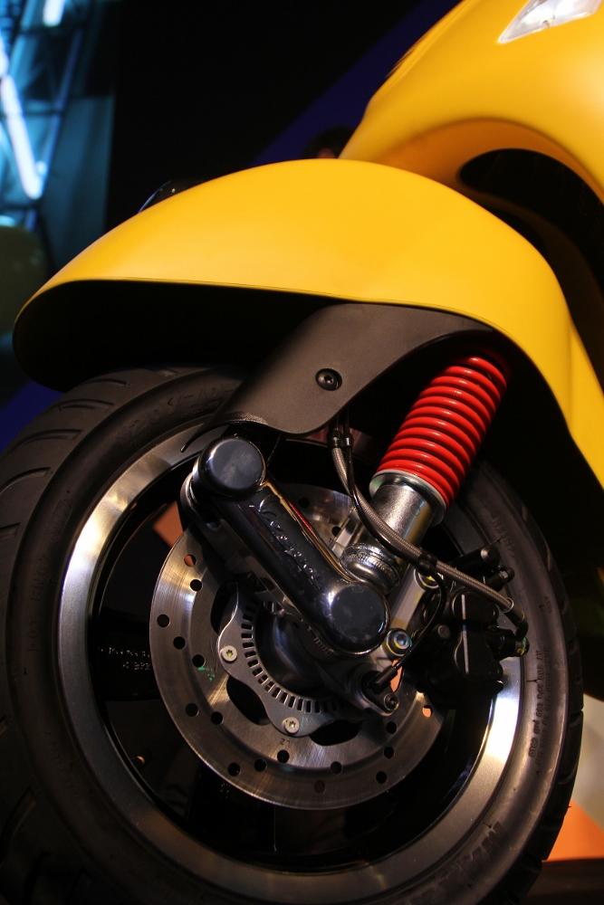 Can-canh-ve-dep-Vespa-GTS-Super-300-lan-at-Honda-SH-300i-anh-10