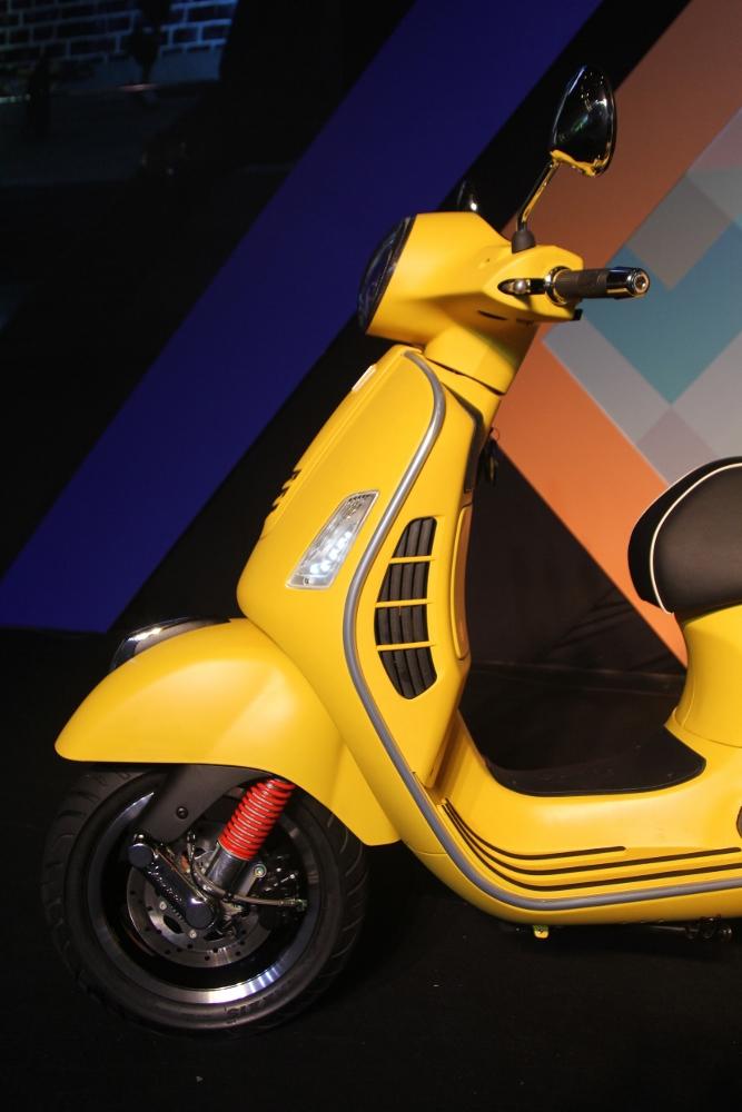 Can-canh-ve-dep-Vespa-GTS-Super-300-lan-at-Honda-SH-300i-anh-11