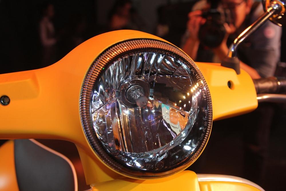 Can-canh-ve-dep-Vespa-GTS-Super-300-lan-at-Honda-SH-300i-anh-17