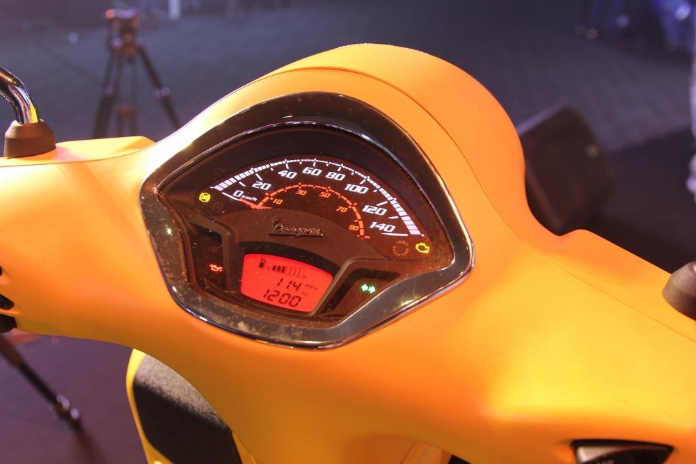 Can-canh-ve-dep-Vespa-GTS-Super-300-lan-at-Honda-SH-300i-anh-8