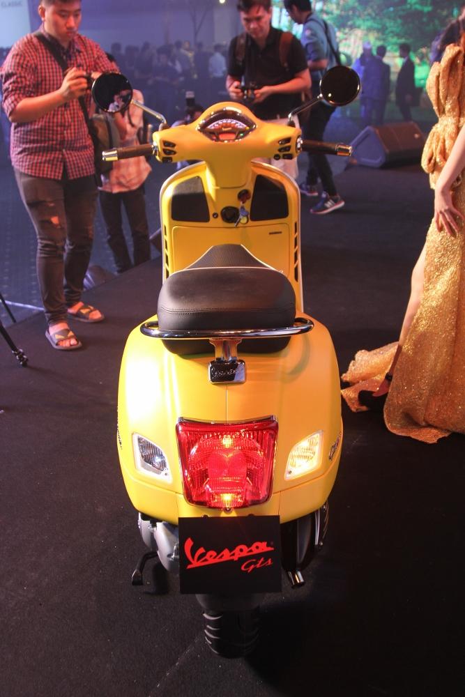 Can-canh-ve-dep-Vespa-GTS-Super-300-lan-at-Honda-SH-300i-anh-5