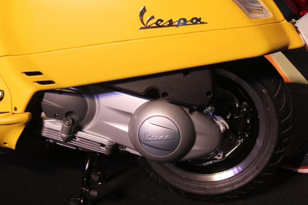 Can-canh-ve-dep-Vespa-GTS-Super-300-lan-at-Honda-SH-300i-anh-22