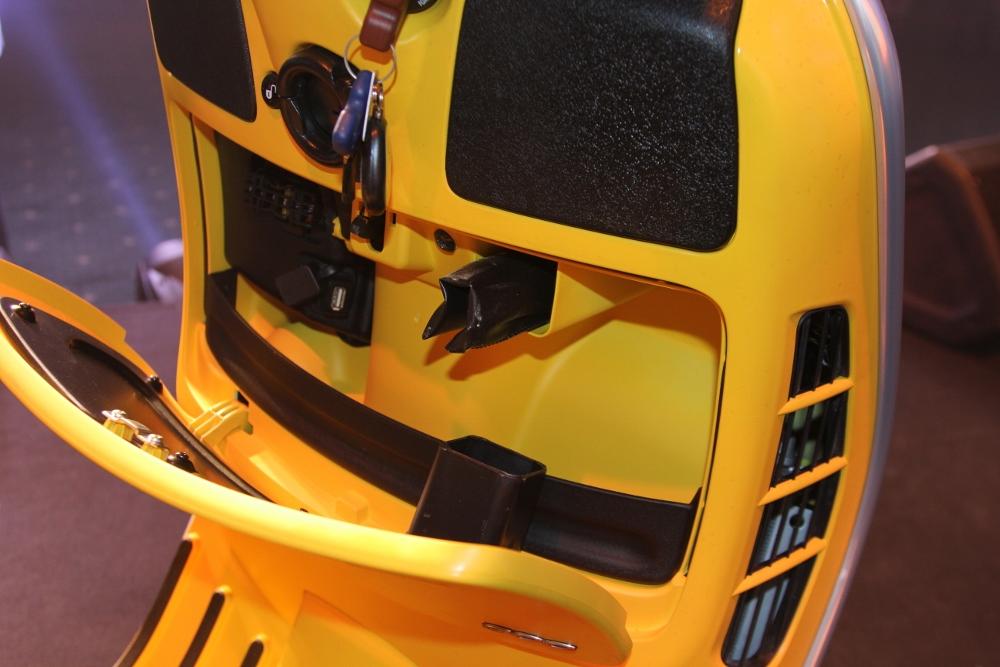 Can-canh-ve-dep-Vespa-GTS-Super-300-lan-at-Honda-SH-300i-anh-6