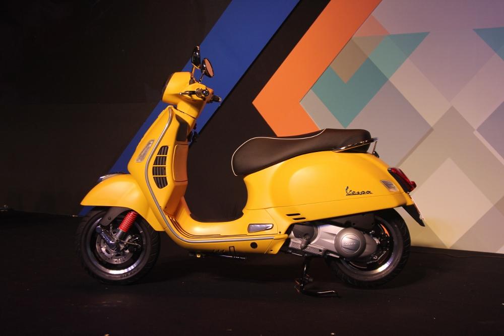 Can-canh-ve-dep-Vespa-GTS-Super-300-lan-at-Honda-SH-300i-anh-2