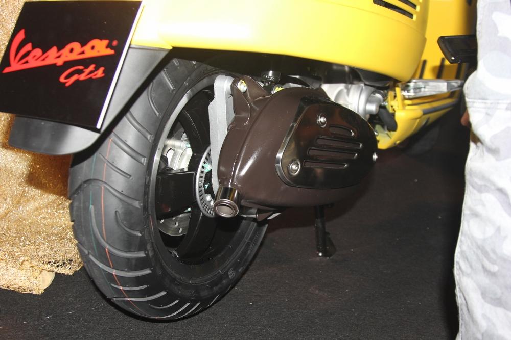 Can-canh-ve-dep-Vespa-GTS-Super-300-lan-at-Honda-SH-300i-anh-20
