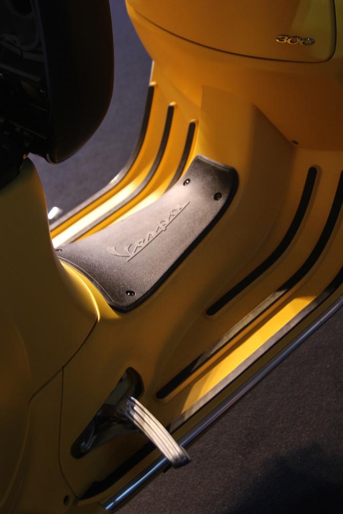 Can-canh-ve-dep-Vespa-GTS-Super-300-lan-at-Honda-SH-300i-anh-25