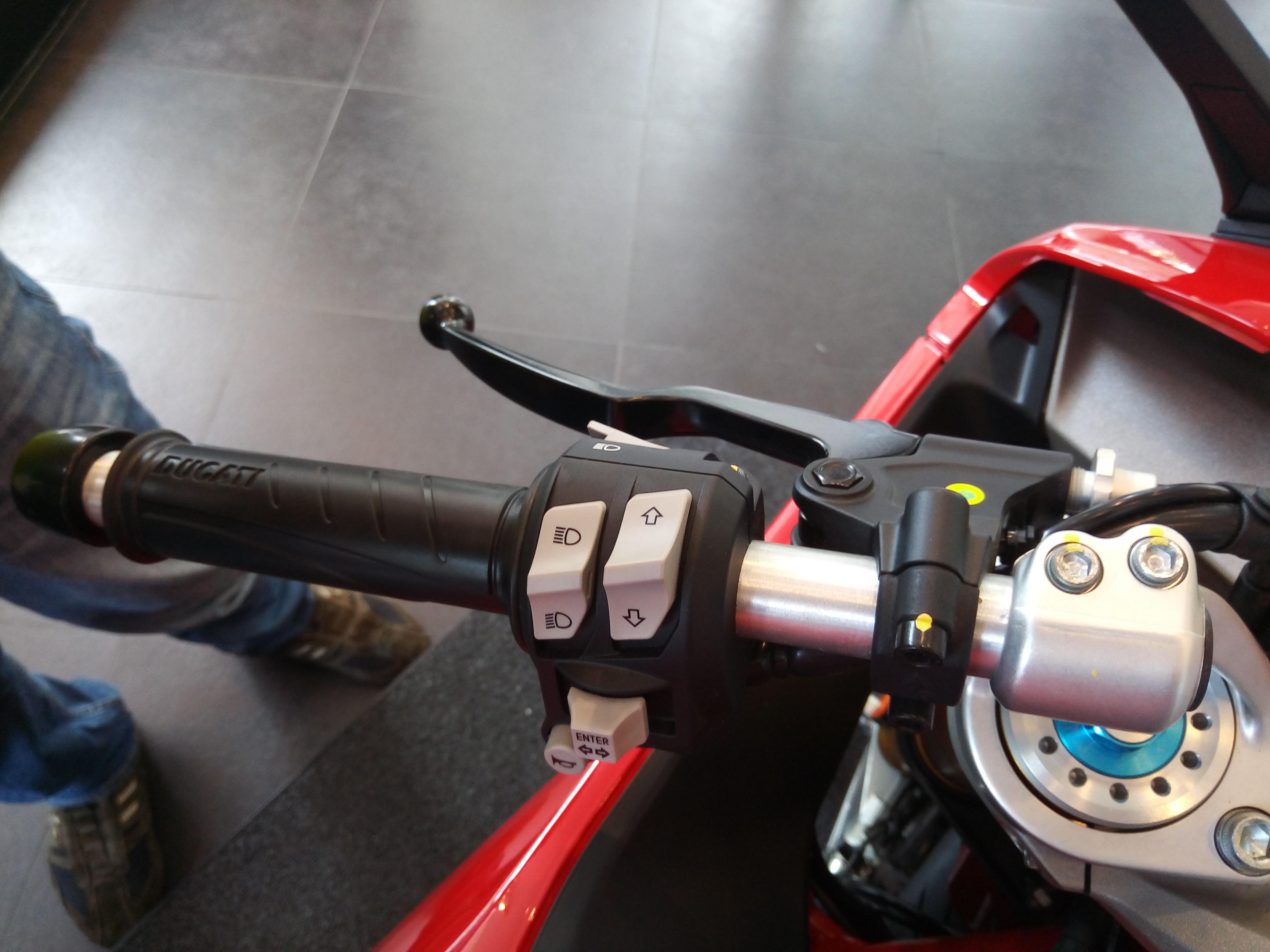 Ducati-SuperSport-S-2017-gia-571-trieu-co-trang-bi-gi-anh-4