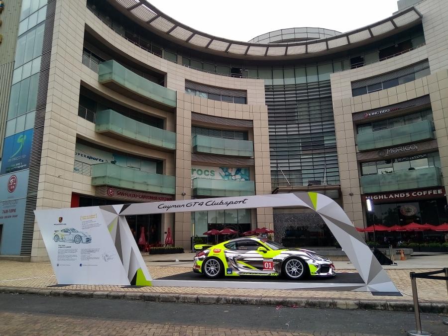 Can-canh-xe-dua-noi-loan-Porsche-Cayman-GT4-Clubsport-tren-pho-Sai-Gon-anh-1