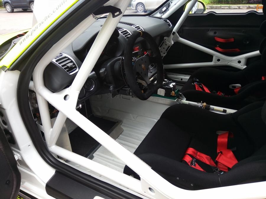 Can-canh-xe-dua-noi-loan-Porsche-Cayman-GT4-Clubsport-tren-pho-Sai-Gon-anh-17