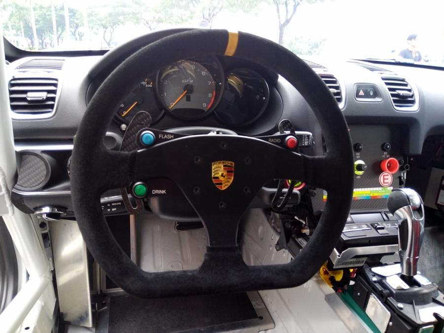 Can-canh-xe-dua-noi-loan-Porsche-Cayman-GT4-Clubsport-tren-pho-Sai-Gon-anh-9