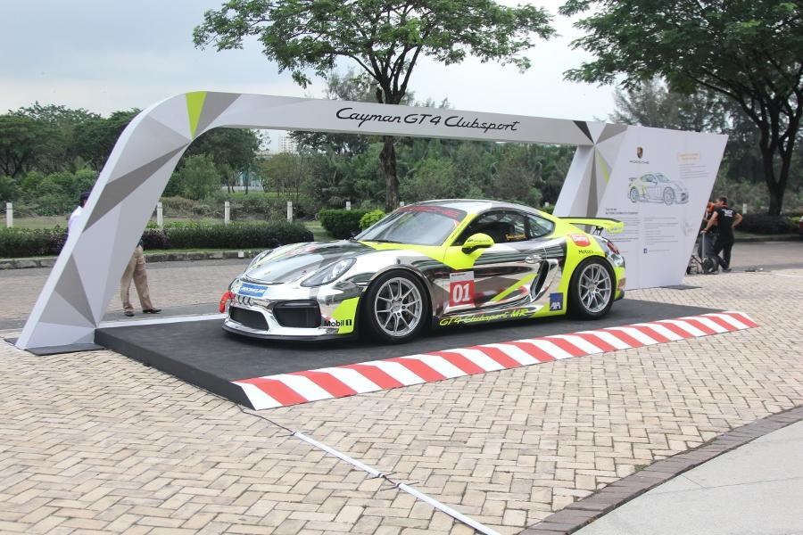 Can-canh-xe-dua-noi-loan-Porsche-Cayman-GT4-Clubsport-tren-pho-Sai-Gon-anh-20