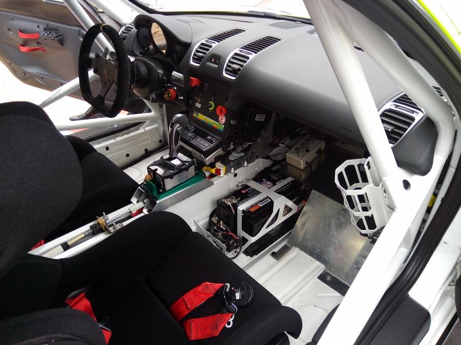 Can-canh-xe-dua-noi-loan-Porsche-Cayman-GT4-Clubsport-tren-pho-Sai-Gon-anh-7