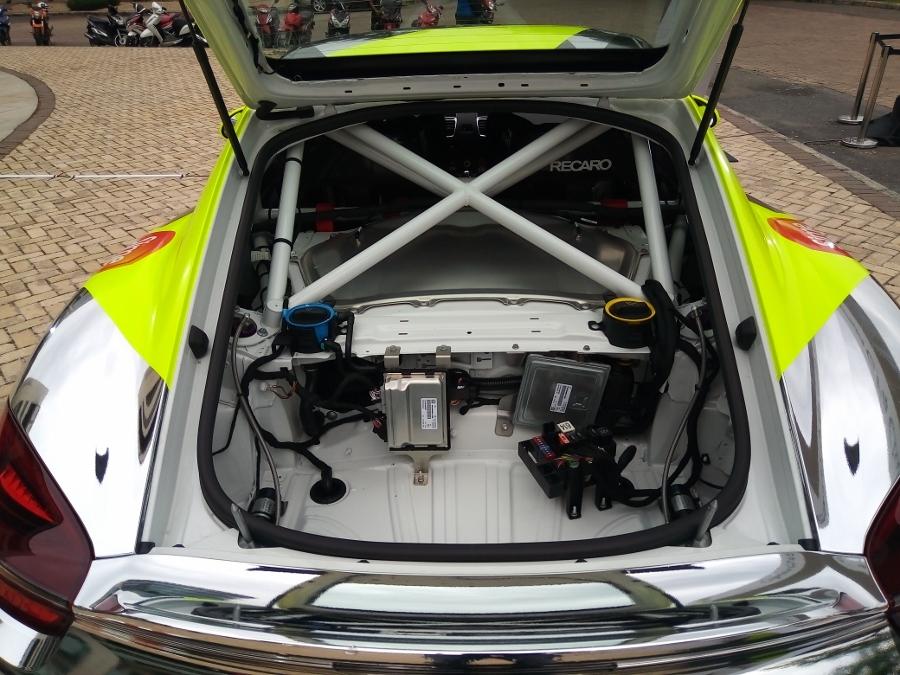 Can-canh-xe-dua-noi-loan-Porsche-Cayman-GT4-Clubsport-tren-pho-Sai-Gon-anh-18